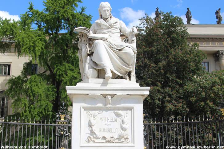 Denkmal Wilhelm von Humboldt am Eingang zur Berliner Humboldt-Universität
